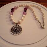 Collar de perlas barrocas cultivadas y amatistas.