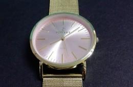 Reloj Nowley con correa de malla dorada.