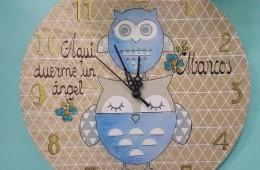 Reloj infantil de pared en madera. Se personaliza con el nombre que quieras.
