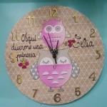 Reloj de pared de madera. Se personaliza con el nombre que quieras.