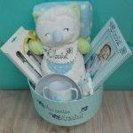 Caja canastilla de bebé personalizada con el nombre.
