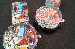 Reloj con ilustraciones y cristal biselado.