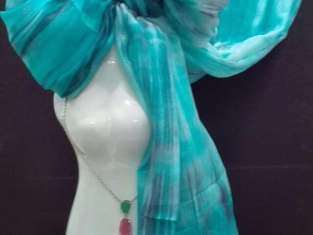 Fular fabricado artesanalmente en seda y teñido a mano.