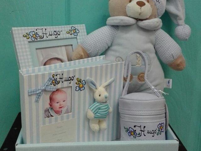 """Canastilla de bebé con set """"crea la huella del bebé""""."""