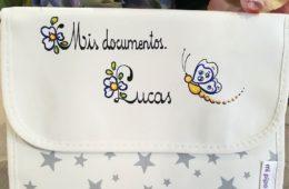 Portadocumentos de salud del bebé con estrellas. (Se personaliza con el nombre).