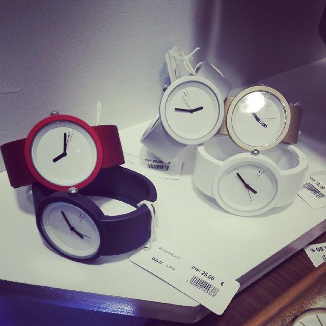 24cbfbd348a1 Qué relojes más interesantes con su toque minimalista. En Oh! Luna  Valladolid.