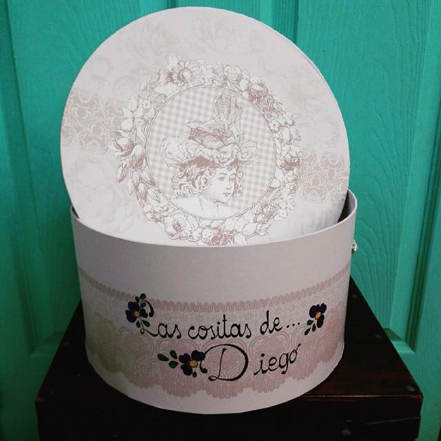 Cajas_para_canastilla_de_beb__en_Oh__Luna_Valladolid.__lettering__caligraf_a__calligraphy