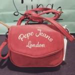 Bandolera pequeña de Pepe Jeans London en color coral.
