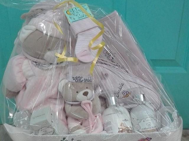 Canastilla de bebé personalizada presentada en celofán.