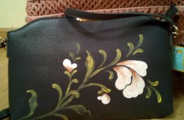 Bolso negro bandolera pintabo a mano.