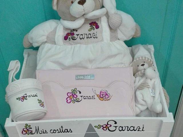 Canastilla bebé (con osito pijamero, porta documentos, porta chupete y dudú)