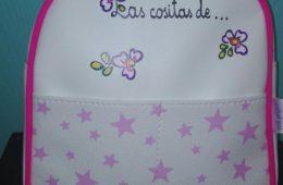 Mochila de estrellitas en rosa con el nombre de la niña.