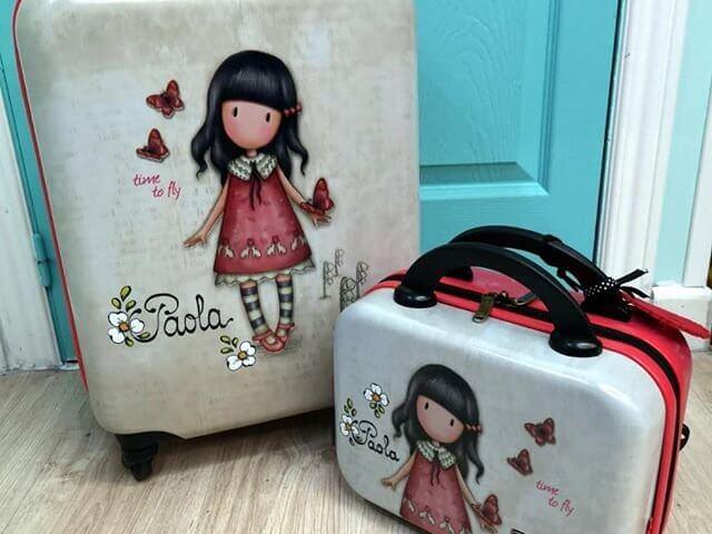 Conjunto maleta de cabina y neceser rígido de Gorjuss, Santoro London. (Se personaliza con el nombre).