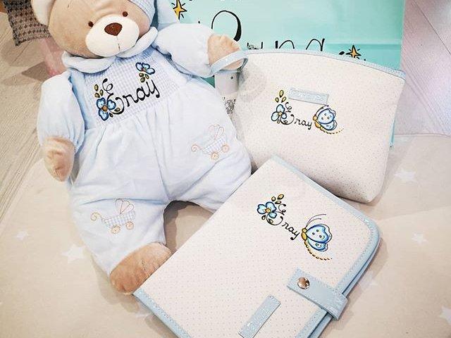 Conjunto para canastila de bebé personalizada. Portadocumentos, oso pijamero y neceser.